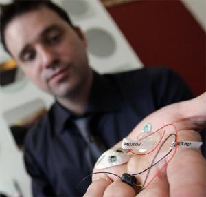 Размеры беспроводной мини камеры для скрытого видеонаблдения показаны на руке