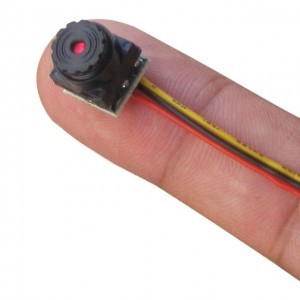Размер мини скрытой видеокамеры относительно пальца