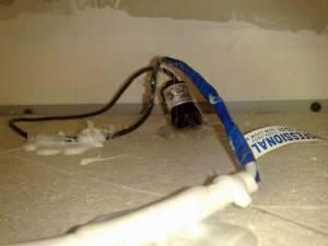 Установленная скрытая видеокамера в подвесной потолок Армстронг. Вид из под потолка