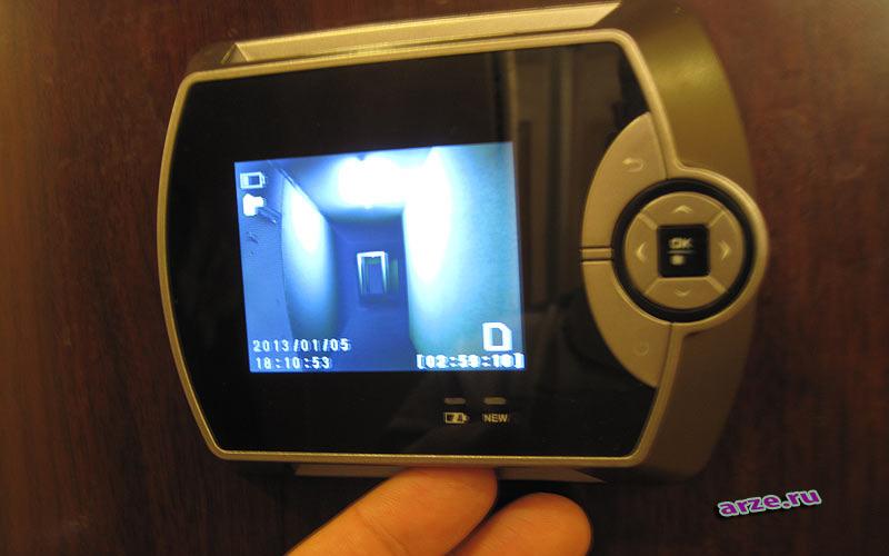 Видеоглазок с датчиком движения цветной установленный на дверь