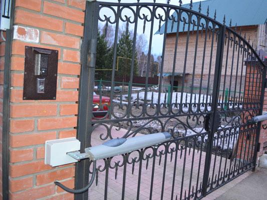 Установка вызывной панели видеодомофона на заборный кирпичный столб возле ворот
