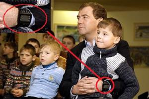 Дмитрий Медведев попал в кадр с аналогичными часами, когда они только появились в продаже. Он активно продвигает новые гаджеты и устройства