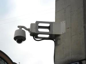 Установка купольной камеры на углу дома